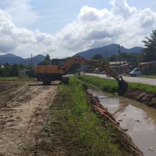 Prefeitura promove limpeza de valas no Pegorelli e Perequê-Mirim
