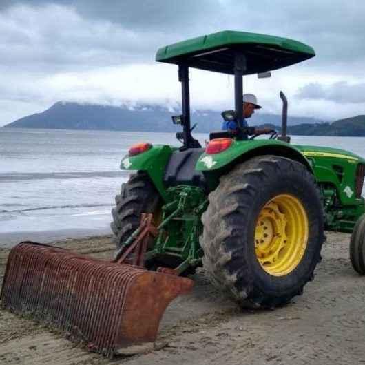 Funcionários da Sesep e terceirizada realizam roçada, varrição e limpeza de praias