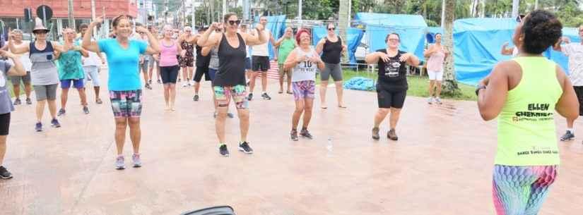 Idosos participam de aulas gratuitas de dança e ginástica funcional ao ar livre