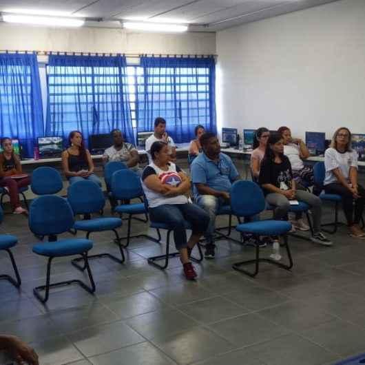 Funcionários de escola do Perequê-Mirim recebem noções de ética e disciplina no serviço público
