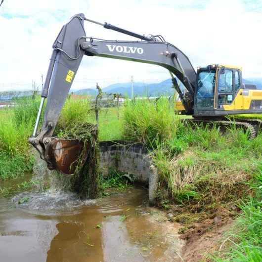 Prefeitura realiza serviços de prevenção contra enchentes no Santamarina, Poiares e Garden Mar