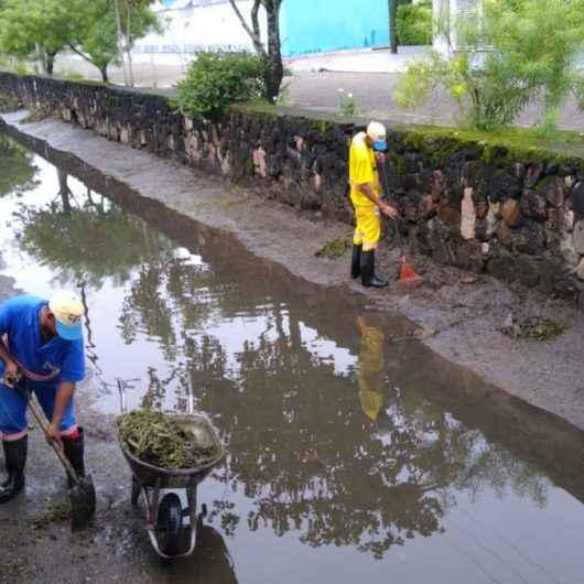 Prefeitura realiza serviços de limpeza de valas e roçada em diversos bairros