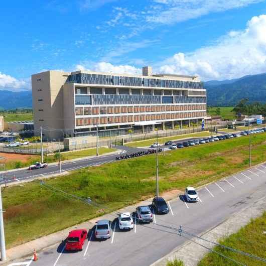 Prefeitura de Caraguatatuba cria vagas de estacionamento e sinalizações em torno do Hospital Regional