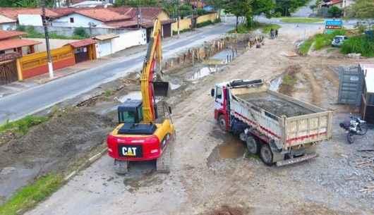 Prefeitura continua construção de canal de drenagem na região do Santamarina