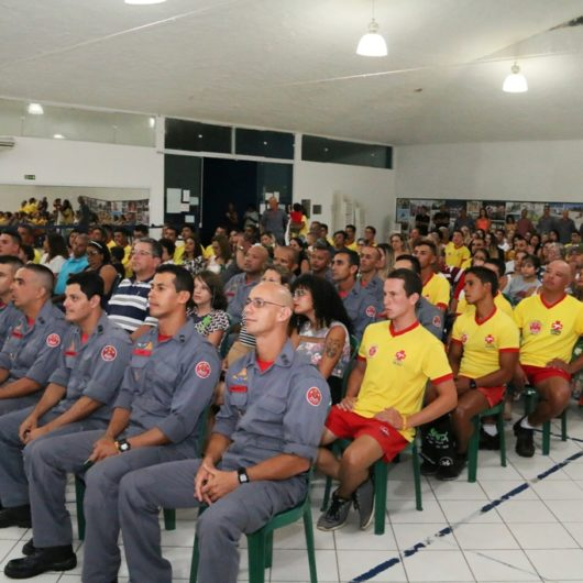 Solenidade homenageia bombeiros e entrega diplomas aos guarda-vidas temporários