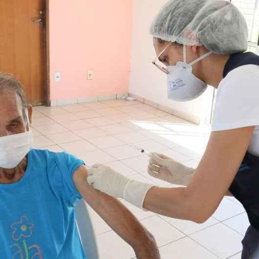 Prefeitura de Caraguatatuba já vacinou 2.300 idosos em casa e campanha continua