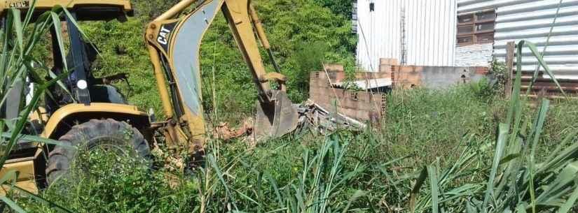 Prefeitura de Caraguatatuba faz demolição e retirada de cerca em área verde no Alto do Jetuba