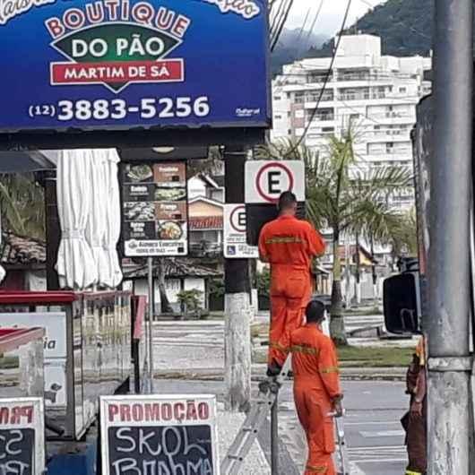 Covid-19: Prefeitura de Caraguatatuba proíbe estacionamento nas praias e coloca faixas de alerta