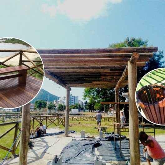Prefeitura de Caraguatatuba inicia instalação de pergolados, lixeiras e bancos de madeiras