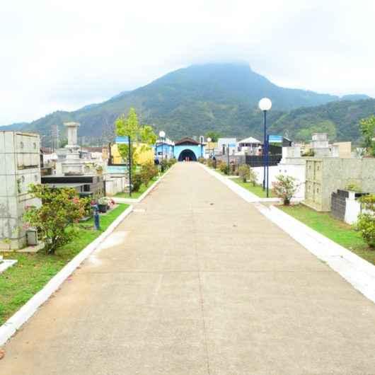 Covid-19: Cemitérios e funerárias de Caraguatatuba recebem instruções para velórios e enterros