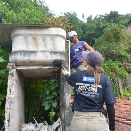Equipes do CCZ percorrem ruas do Massaguaçu e Porto Novo orientando moradores no combate à dengue