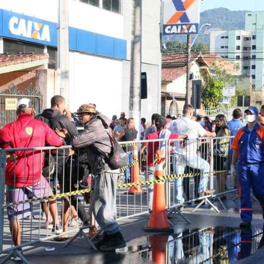 Prefeitura de Caraguatatuba coloca separadores para organizar filas na CEF