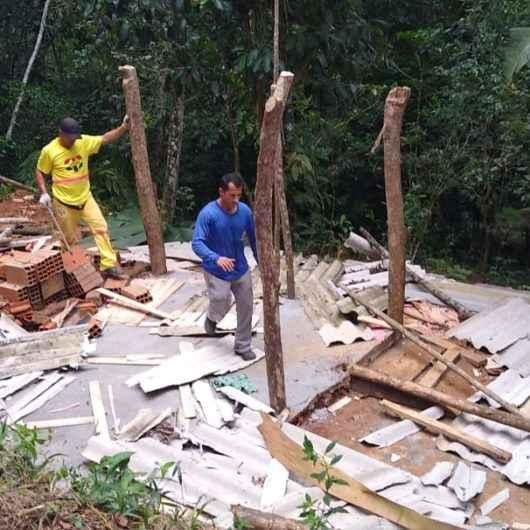 Prefeitura de Caraguatatuba e Polícia Ambiental desmontam barraco dentro de APP