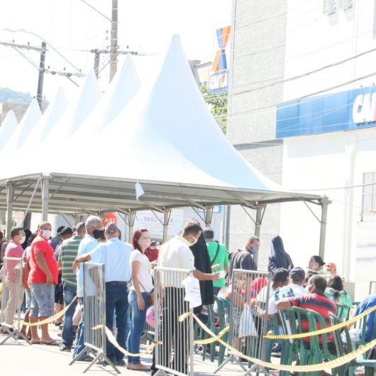 Prefeitura de Caraguatatuba instala tendas e cadeiras para ajudar usuários da CEF