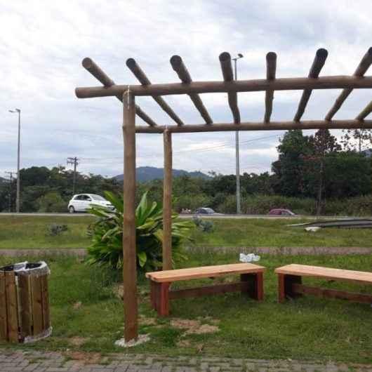 Prefeitura de Caraguatatuba instala pergolados, lixeiras e bancos de madeiras em diversos pontos