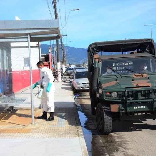 Exército Brasileiro realiza higienização dos abrigos de ônibus em Caraguatatuba