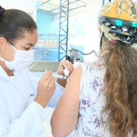 Caraguatatuba amplia vacinação contra gripe para funcionários dos Correios, limpeza pública e moradores em situação de rua