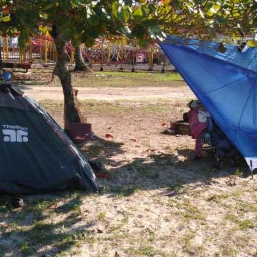 Prefeitura de Caraguatatuba desmonta acampamentos instalados na praia