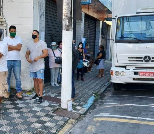 Prefeitura de Caraguatatuba notifica bancos da área central por não evitarem aglomerações