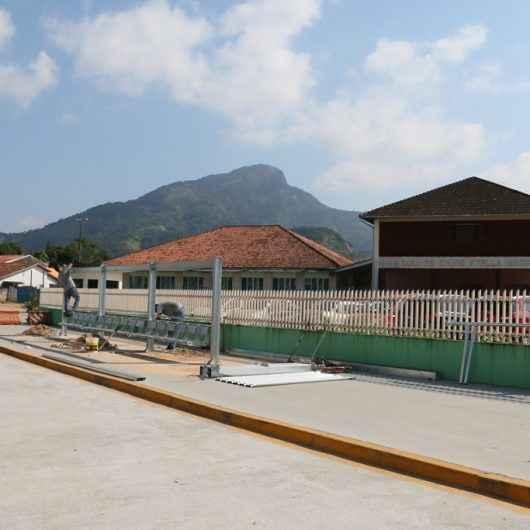 Prefeitura de Caraguatatuba inicia instalação de novos abrigos de pontos de ônibus