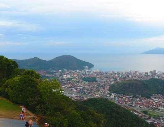 Empresa de calçados faz ação no Morro Santo Antônio para oferecer consultoria a caminhantes
