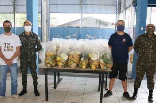Mais 900 kits de hortifrutis são entregues em Caraguatatuba com ajuda do Exército