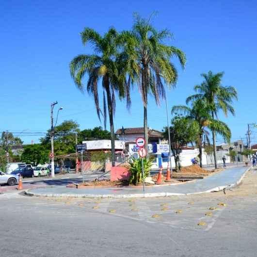 Prefeitura de Caraguatatuba continua obras de revitalização de praças e margens do Rio Santo Antônio