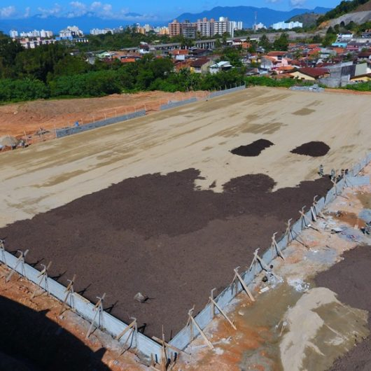 Prefeitura continua com obras do campo de futebol e arquibancada na Casa Branca
