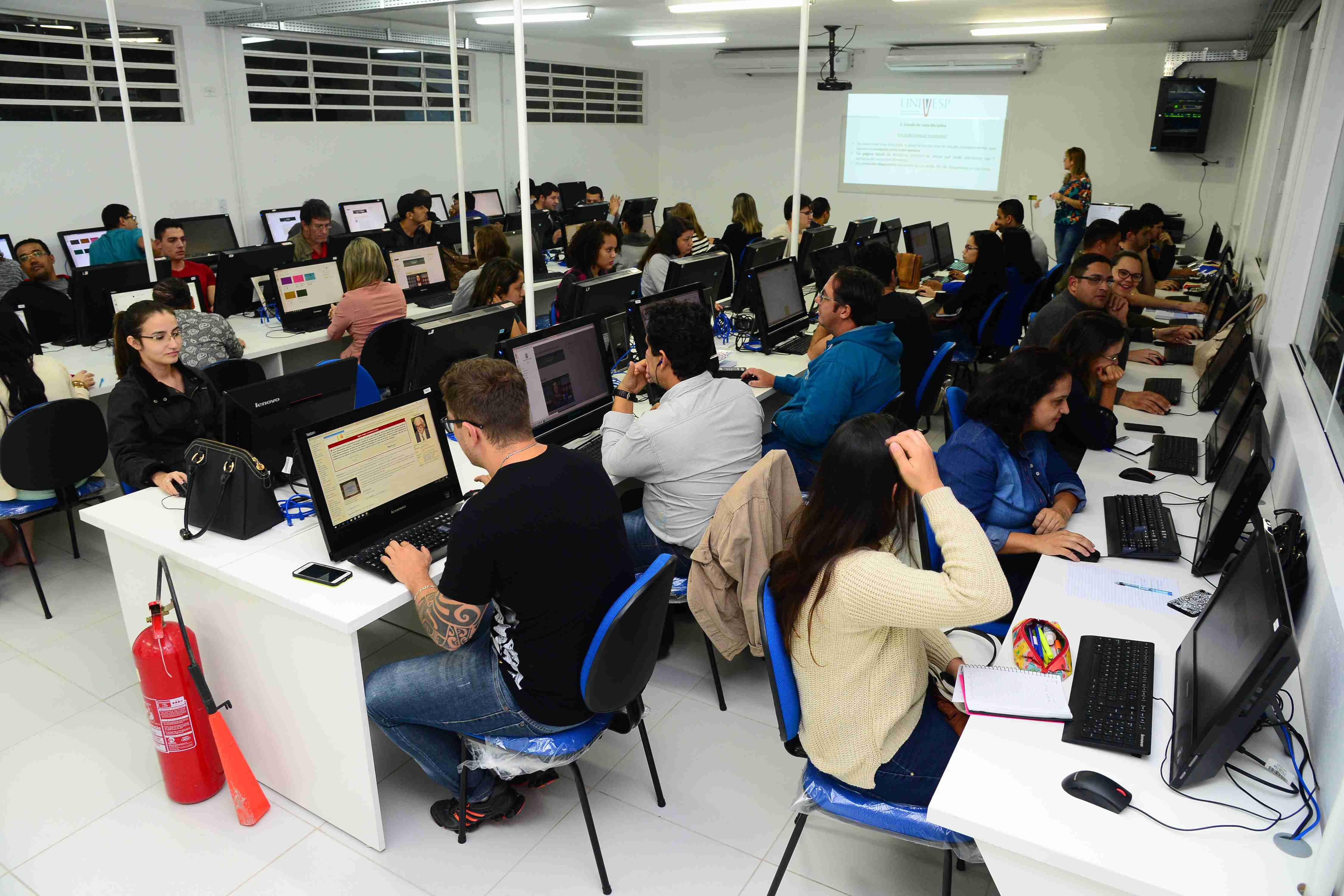 Prefeito dá boas-vindas aos alunos da Univesp no Polo Caraguatatuba