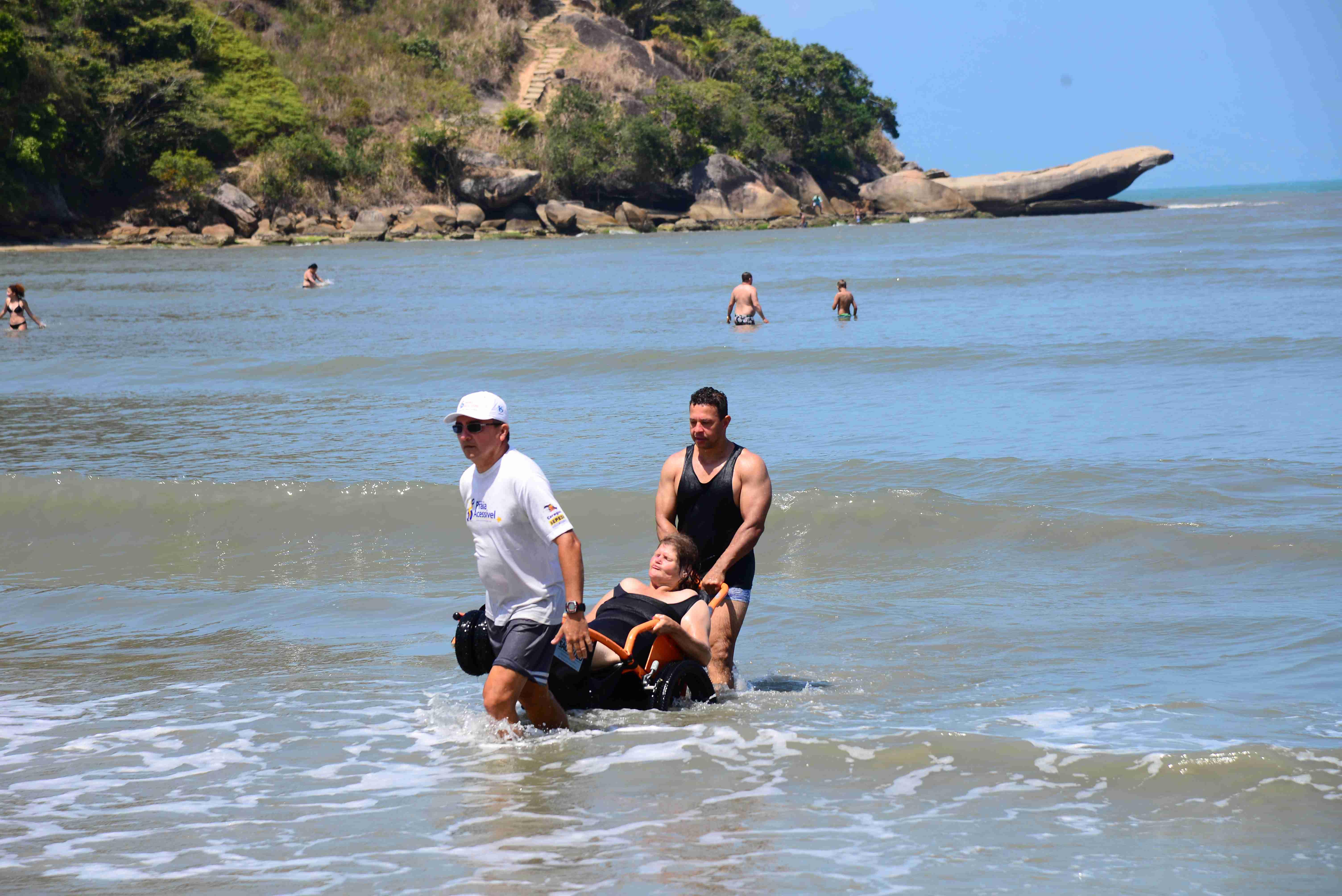 Programa Praia Acessível recebe idosos de Guararema