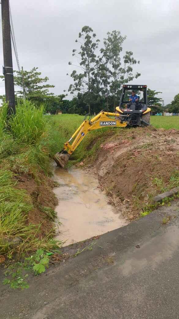 Prossegue a limpeza de córregos e valas de drenagem em toda a cidade (Foto: Divulgação)
