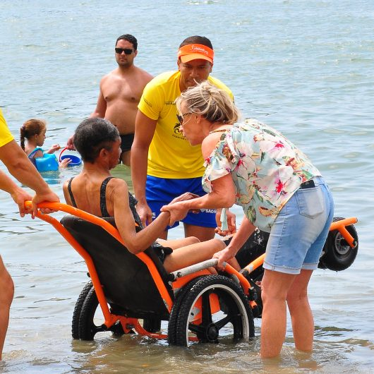 f0b432c4f Idosos da Vila Vicentina passam manhã no Programa Praia Acessível na Prainha