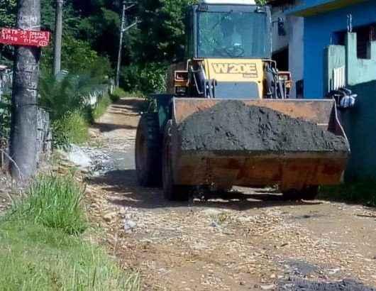 Prefeitura realiza reparos em rua do Jetuba após escorregamento de terra