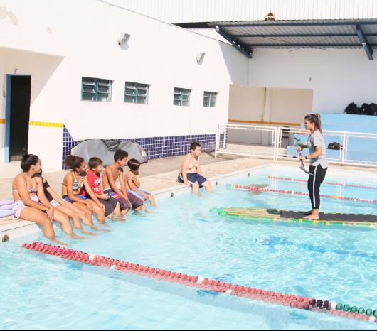Escola do Jetuba realiza atividade de Stand up paddle com garrafas pet
