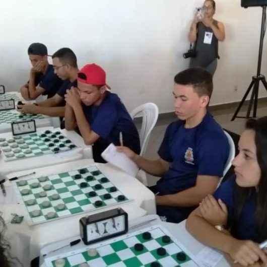 Atletas autores do livro Sonhos Sem Fronteiras realizam sessão de autógrafos
