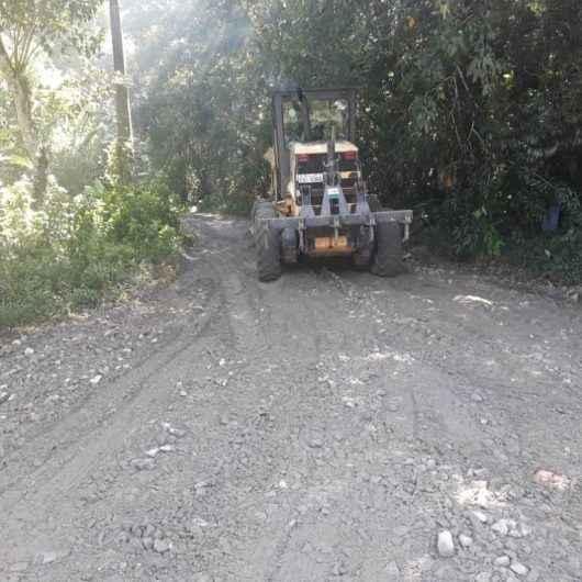 Prefeitura faz nivelamento mecânico em Alameda do Tabatinga