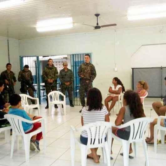 Integrantes do Exército fazem palestra no CRAS Norte para crianças e adolescentes