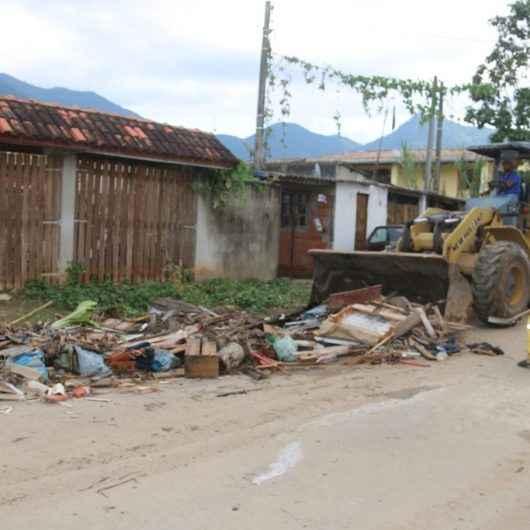 Prefeitura de Caraguatatuba entrega kits de limpeza e retira entulhos das ruas do Perequê-Mirim