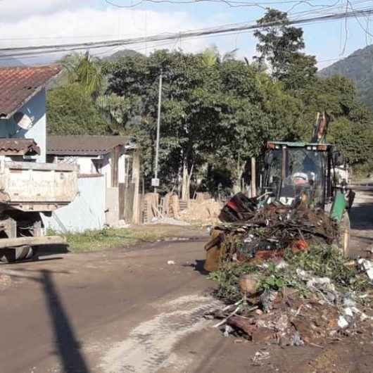 Prefeitura realiza bota-fora e desassoreamento de principal canal de drenagem na Rua Abra de Dentro