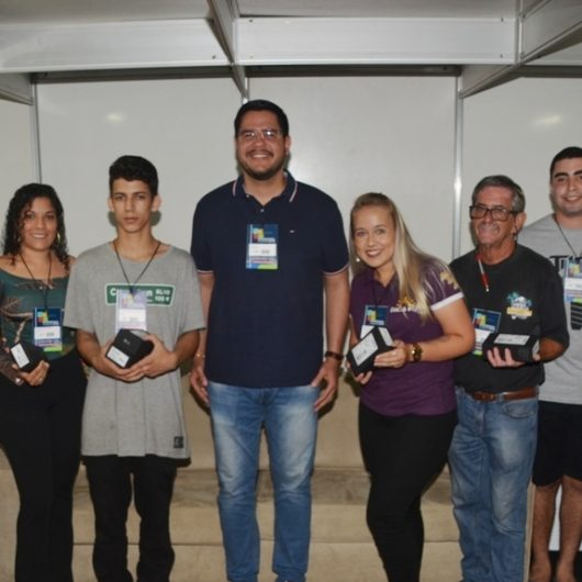 Sete garçons recebem premiação por melhor atendimento no Caraguá a Gosto 2019