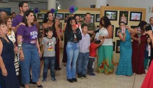 Exposição fotográfica de mulheres assistidas no CIAM marca encerramento do Agosto Lilás no Teatro Mario Covas