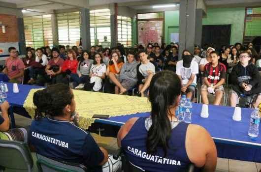 Paratletas de Caraguatatuba emocionam alunos de escola estadual com histórias de superação