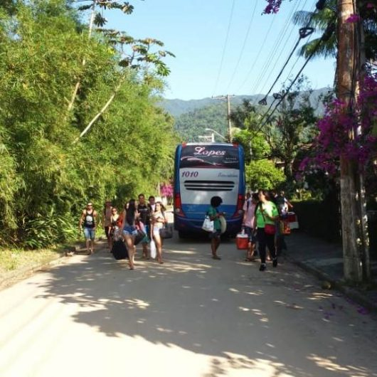 Fiscalização conjunta da Prefeitura de Caraguatatuba, Artesp e EMTU multa cinco veículos irregulares