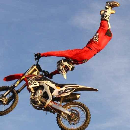 Com nova data, show de manobras com motos promete adrenalina no Arena Verão Esportiva