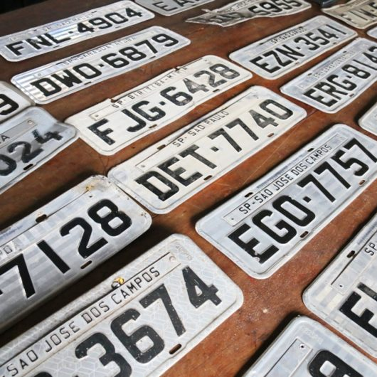 Prefeitura de Caraguatatuba recebe placas de carros encontradas após chuvas