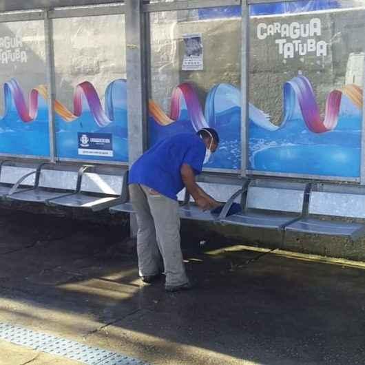 Prefeitura continua com higienização em abrigos de ônibus e praças