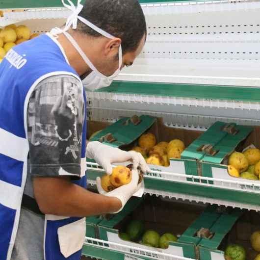 Fiscalização do Procon e Saúde de Caraguatatuba flagra produtos vencidos e estragados em atacatista