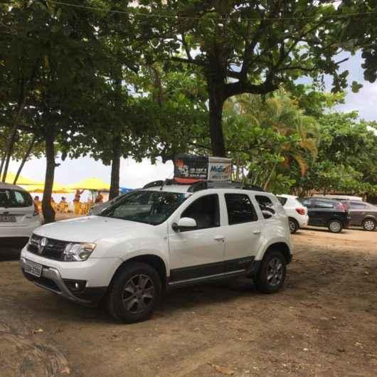 Prefeitura de Caraguatatuba utiliza carros de som para alertar frequentadores das praias sobre riscos do Covid-19