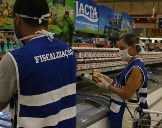Procon de Caraguatatuba autua mais um supermercado por produtos vencidos