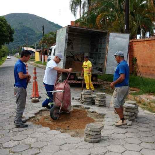 Prefeitura de Caraguatatuba realiza manutenção nas ruas do bairro Martim de Sá